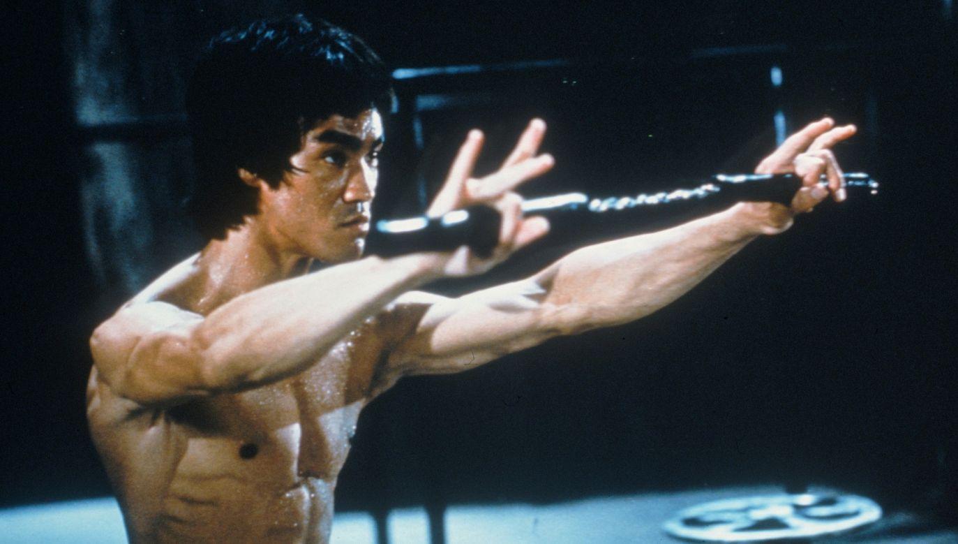 """Bruce Lee w filmie """"Wejście smoka"""" w reżyserii Roberta Crouse'a, 1973. Fot. Fotos International / Archiwum Zdjęcia / Getty Images"""