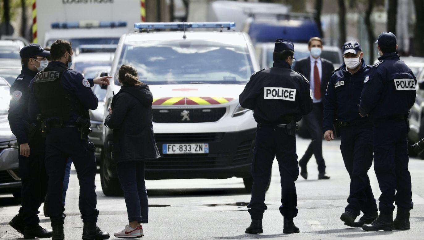 Szpital Henriego Dunanta jest otoczony przez policję (fot. PAP/EPA/YOAN VALAT)