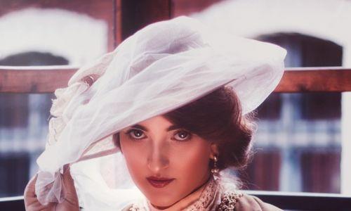 Także XIX wieku, który w historii mody również był okresem nieustających zmian, następujących przede wszystkim w ubiorach damskich. Fot. Archiwum Fundacji Nomina Rosae