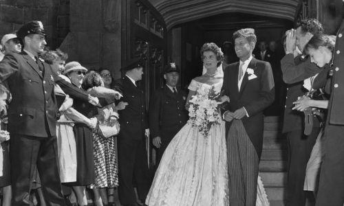 Jacqueline i John Kennedy wychodzą z ceremonii ślubnej w kościele. Fot. Getty Images