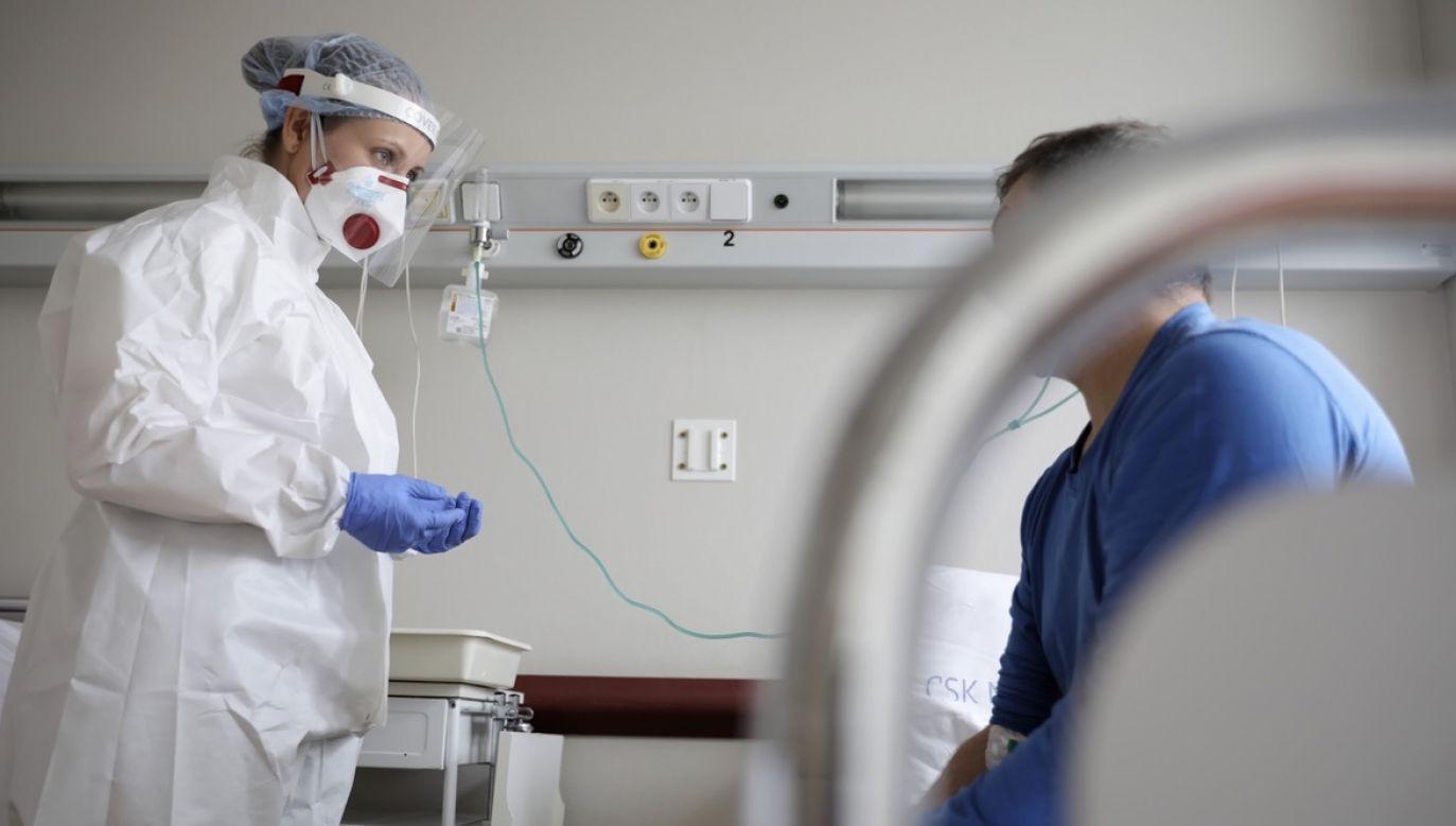 Personel medyczny podczas pracy na Oddziale Chorób Wewnętrznych i Hepatologii Centralnego Szpitala Klinicznego MSWiA w Warszawie (fot. PAP/Leszek Szymański)