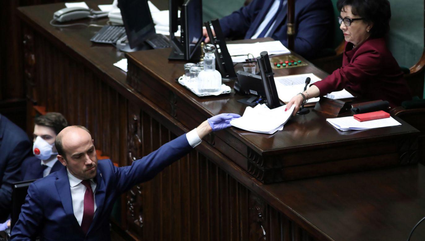 Choć krytyczni wobec niektórych poprawek, politycy Koalicji Obywatelskiej ostatecznie zagłosowali za przyjęciem projektów tzw. tarczy antykryzysowej (fot. PAP/Leszek Szymański)