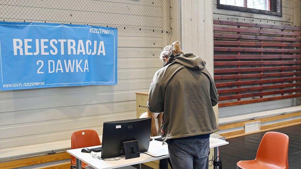 Rząd zastanawia sięnad skróceniem oczekiwania pomiędzy obiema dawkami szczepionki (fot. PAP/Marcin Bielecki)