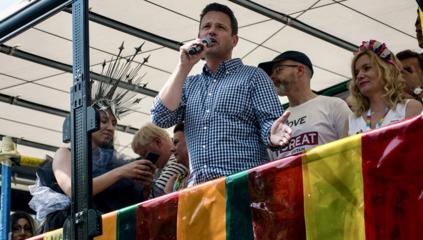 Rafał Trzaskowski podczas ubiegłorocznej Parady Równości (fot. Attila Husejnow/SOPA Images/LightRocket via Getty Images)