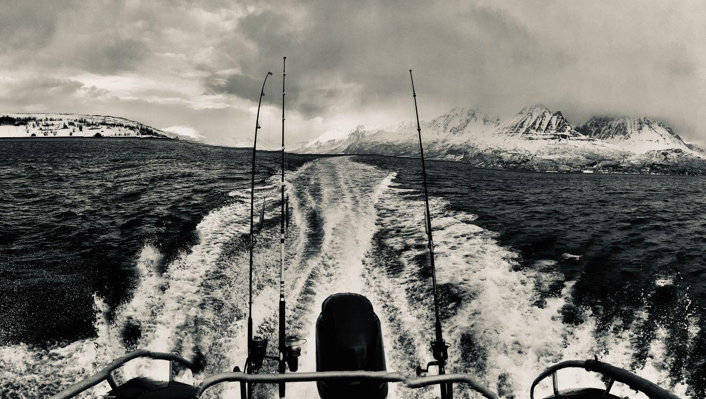 """Rejs do wyjścia na ocean wzdłuż """"alpejskich"""" zboczy wyspy Kagen. Dopisał halibut i dorsz. Fot. Tomasz Kaźmierowski"""
