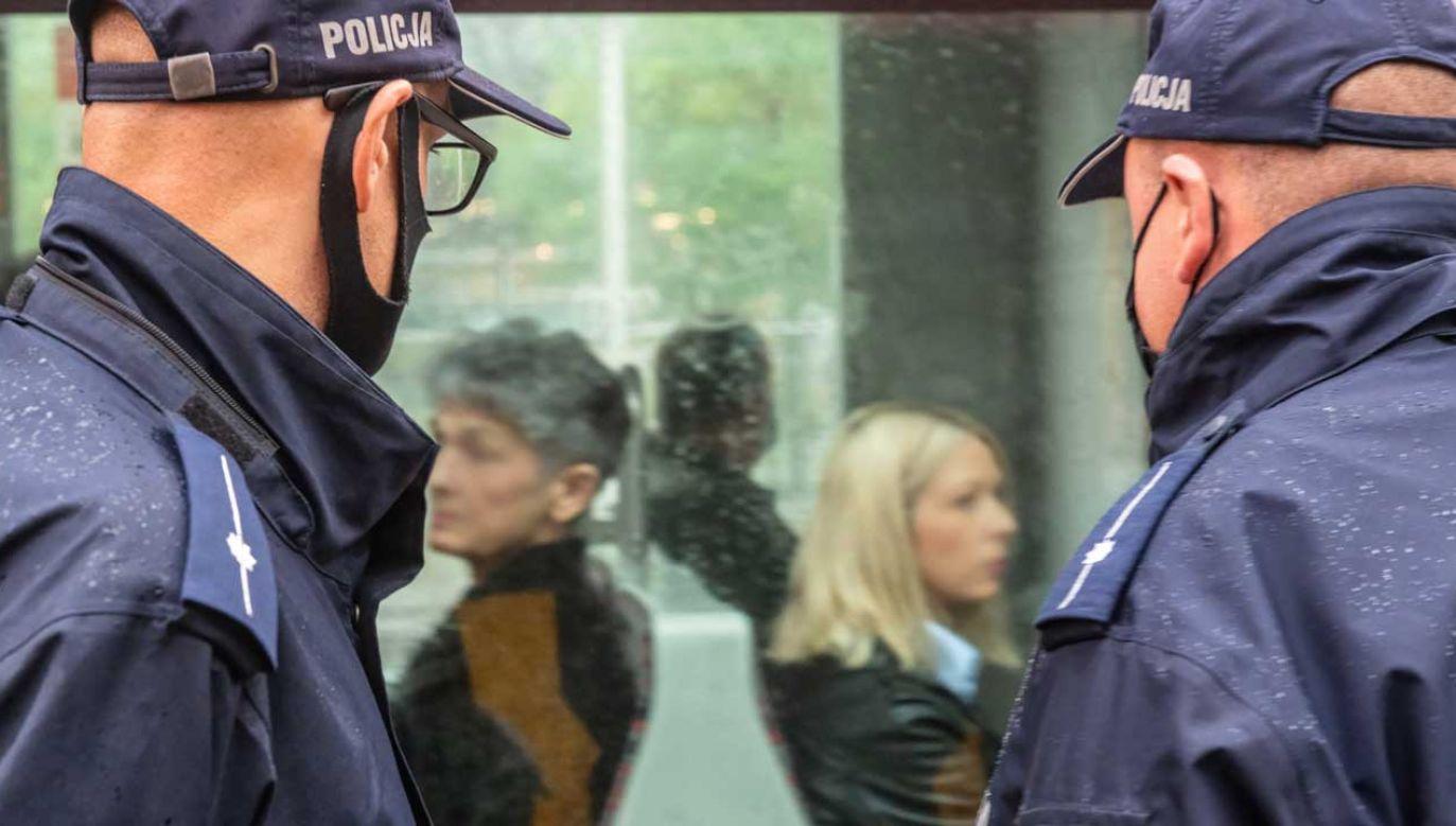 Policja i służby sanitarne zapowiadają wzmożenie kontroli, m.in. w kwestii noszenia maseczek w transporcie publicznym i sklepach (fot. PAP/Grzegorz Michałowski)