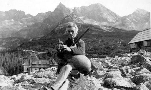 Dudziarz Bustrycki z Zakopanego na Hali Gąsienicowej. W tle widoczna panorama Tatr. Fot. NAC/IKC/Woźny W.