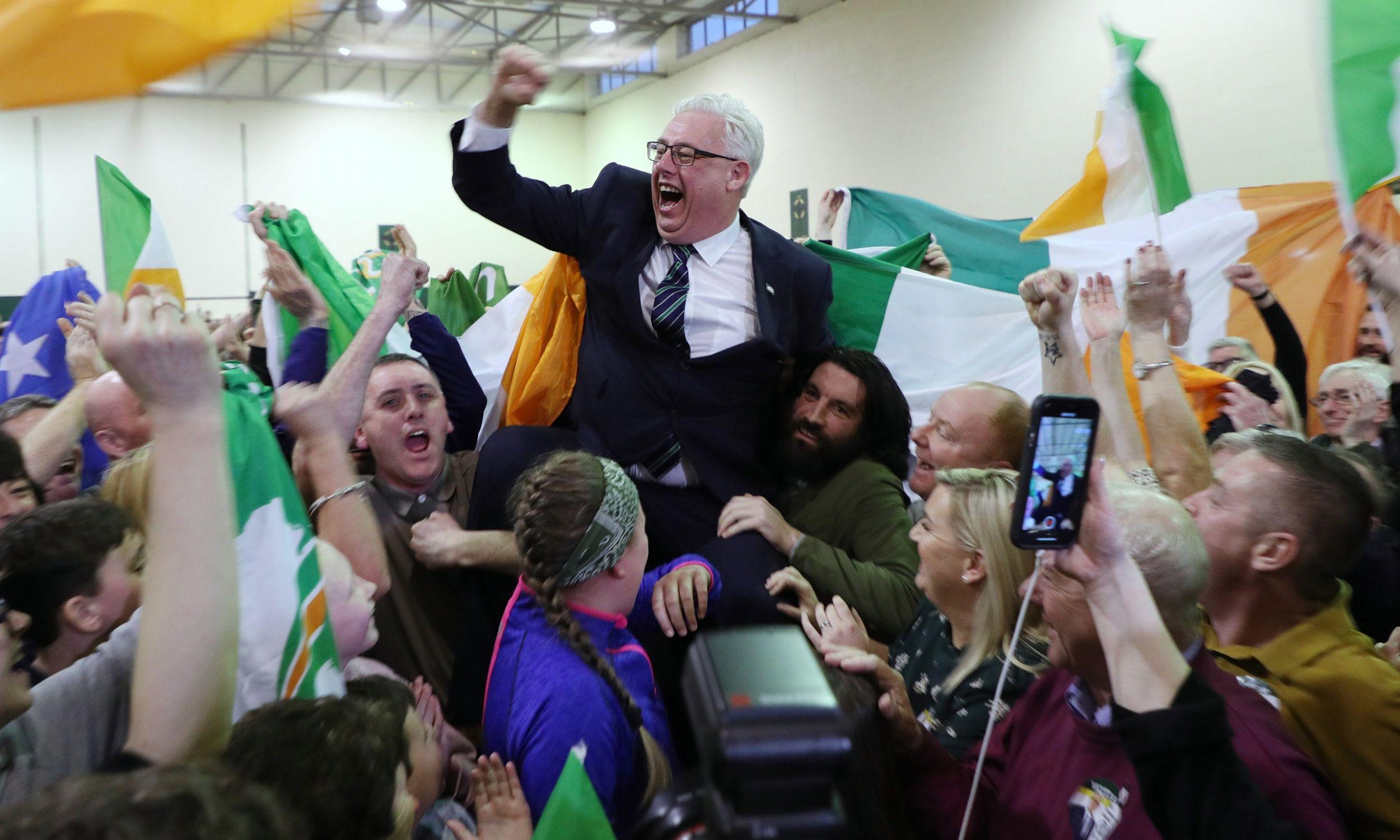 Thomas Gould z Sinn Fein świętuje wybór do parlamentu Irlandii, 9 lutego 2020 r. w Cork. Fot.  Yui Mok / PA Images via Getty Images