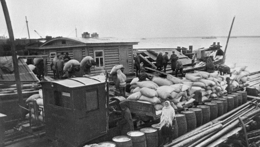 Żywność dostarczana do oblężonego Leningradu na barce po jeziorze Ładoga (fot. RIA Novosti archive, #310 / Boris Kudoyarov / CC-BY-SA 3.0)