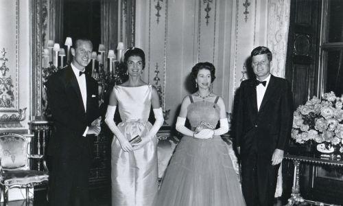 W Pałacu Buckingham w Londynie podczas bankietu na jego cześć amerykańskiego prezydenta Johna F. Kennedy'ego i jego żony Jacqueline Kennedy. Pozują z królową Wielkiej Brytanii Elżbietą II Wielką (druga po prawej) i jej mężem księciem Edynburga Filipem, 15 czerwca 1961. Sukienka pani Kennedy została zaprojektowana przez Chez Ninon, natomiast królowa nosiła suknię Hartnell. Fot. Photoquest / Getty Images