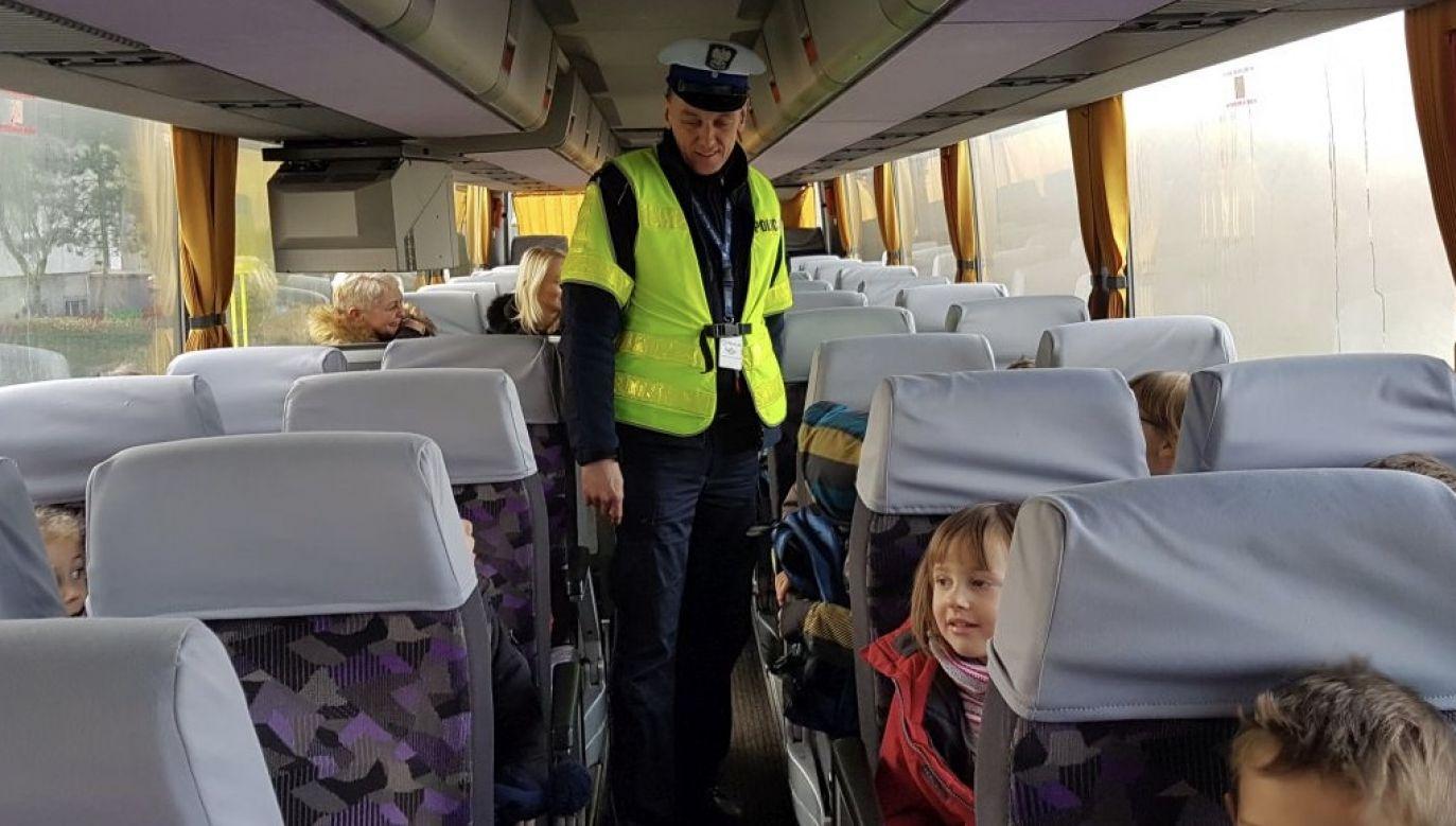 Kontrolujący szkolny autobus policjant zatrzymał dowód rejestracyjny pojazdu, zdecydował też o skierowaniu sprawy do sądu (fot. policja.pl, zdjęcie ilustracyjne)