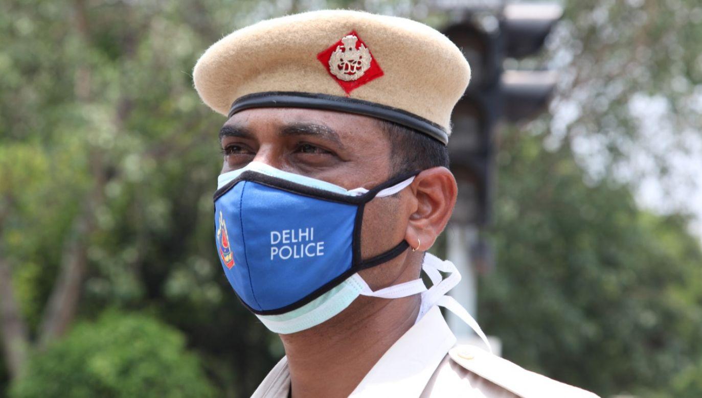 Funkcjonariusz policji z Delhi. Do rozprowadzenia skażonego alkoholu doszło w Pendżabie, na północny zachód od stolicy kraju (zdjęcie ilustracyjne) (fot. Pallava Bagla/Corbis via Getty Images)
