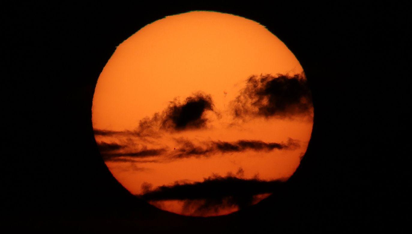 Zjawisko będzie można je obserwować do zachodu Słońca pod warunkiem, że niebo będzie bezchmurne (fot. Ali hsan Ozturk/Anadolu Agency/Getty Images)