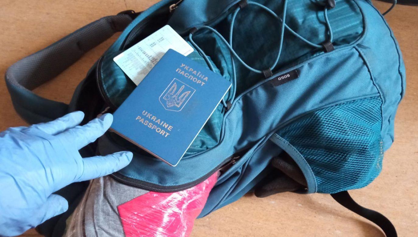 W plecaku miał prawo jazdy, paszport i 1 tys. dolarów (fot. Policja)