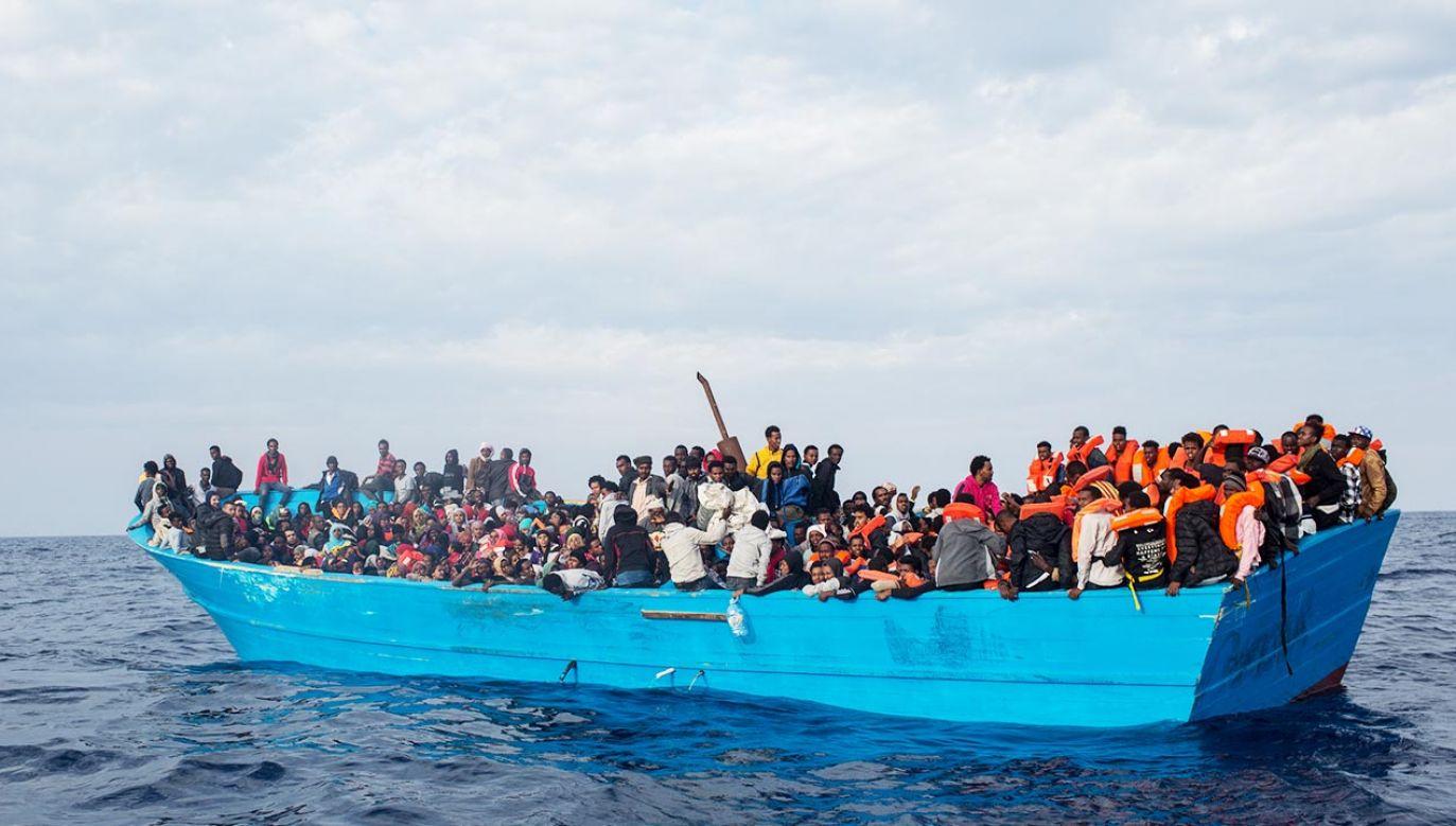 Do wyspy codziennie dobijają kolejne łodzie (fot. Chris McGrath/Getty Images)