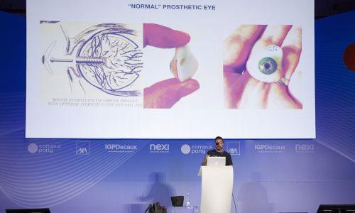 Eyeborg – jednooki filmowiec Rob Spence pokazywał na slajdach, jak funkcjonuje jego proteza oka,. Fot. Rosdiana Ciaravolo/Getty Images