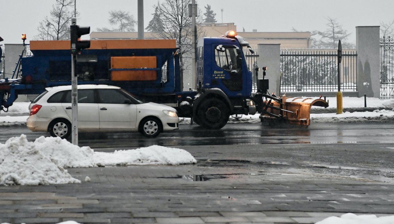 Na ulice wyjechały już pługopiaskarki (fot. PAP/Piotr Nowak)