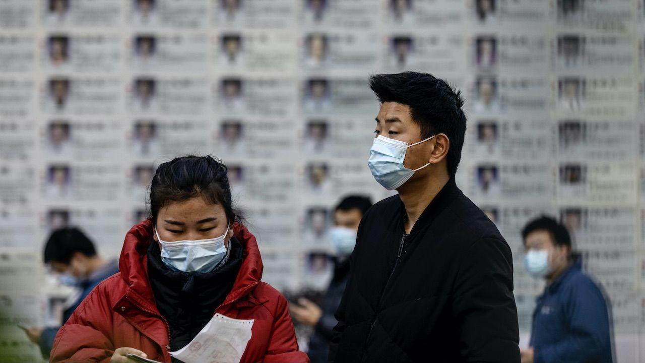 W Chinach do powszechnego użytku dopuszczono dotychczas cztery różne rodzime szczepionki na Covid-19 (fot. PAP/EPA/ALEX PLAVEVSKI)
