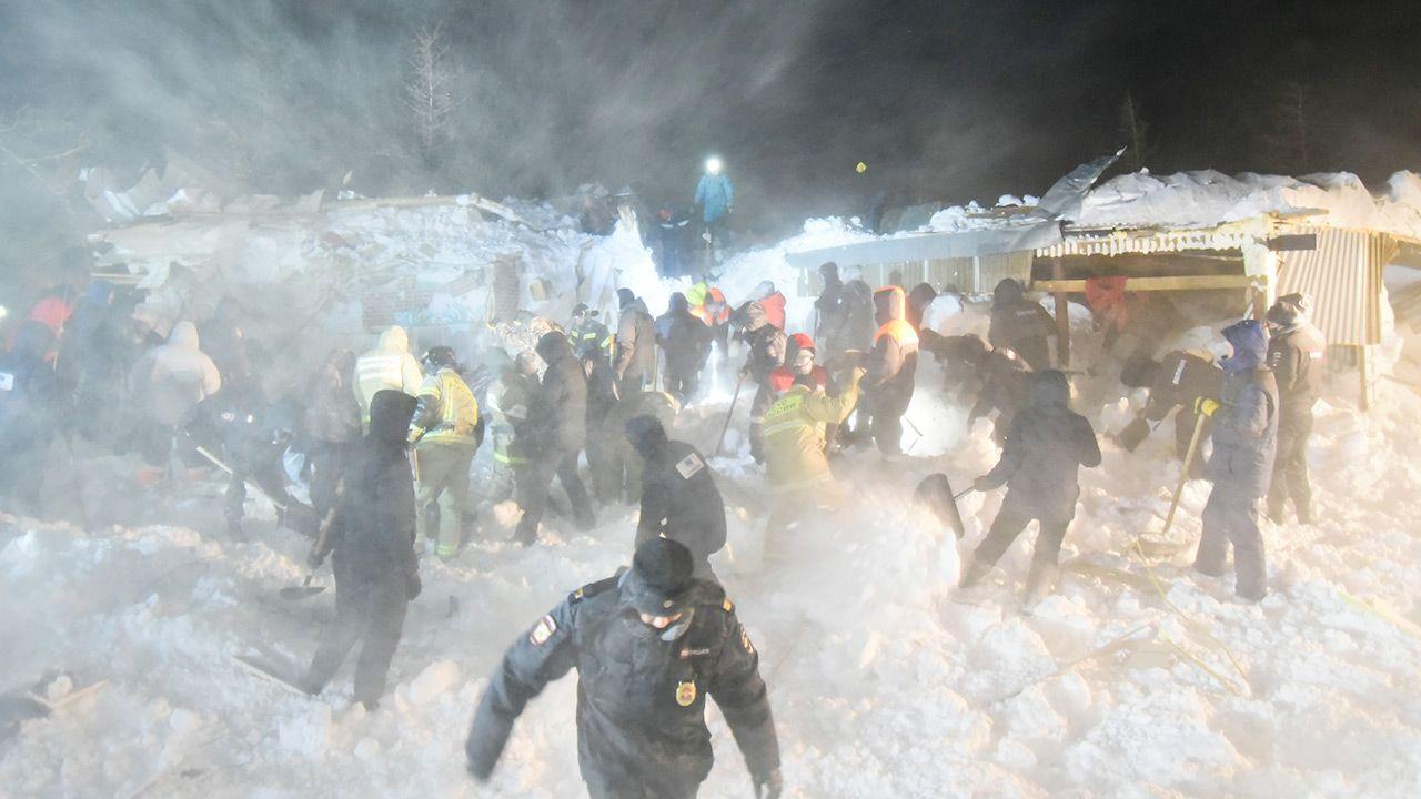 Akcja ratownicza prowadzona była przy temperaturze -22 stopni (fot.  Denis Kozhevnikov\TASS via Getty Images)