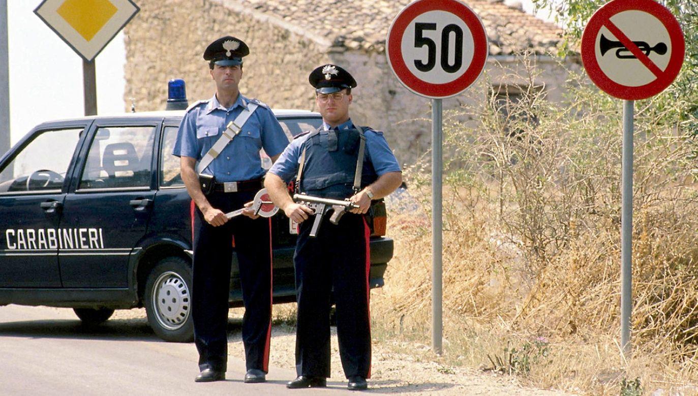 Sycylijscy karabinierzy zatrzymali turystę przy drodze na plażę (fot. REUTERS/Tony Gentile)