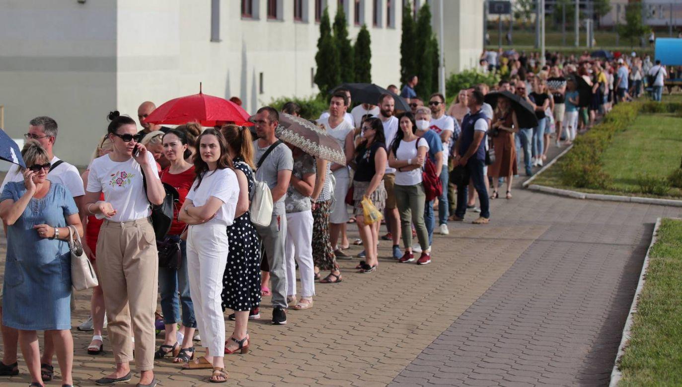 Kolejka przed lokalem wyborczym w Mińsku (fot. EPA/TATYANA ZENKOVICH)