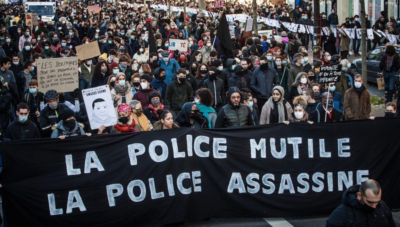 """Prokurator uważa, że """"ciosy"""", jakie policjanci zadali Zeclerowi były nieuzasadnione (fot. PAP/EPA/CHRISTOPHE PETIT TESSON)"""