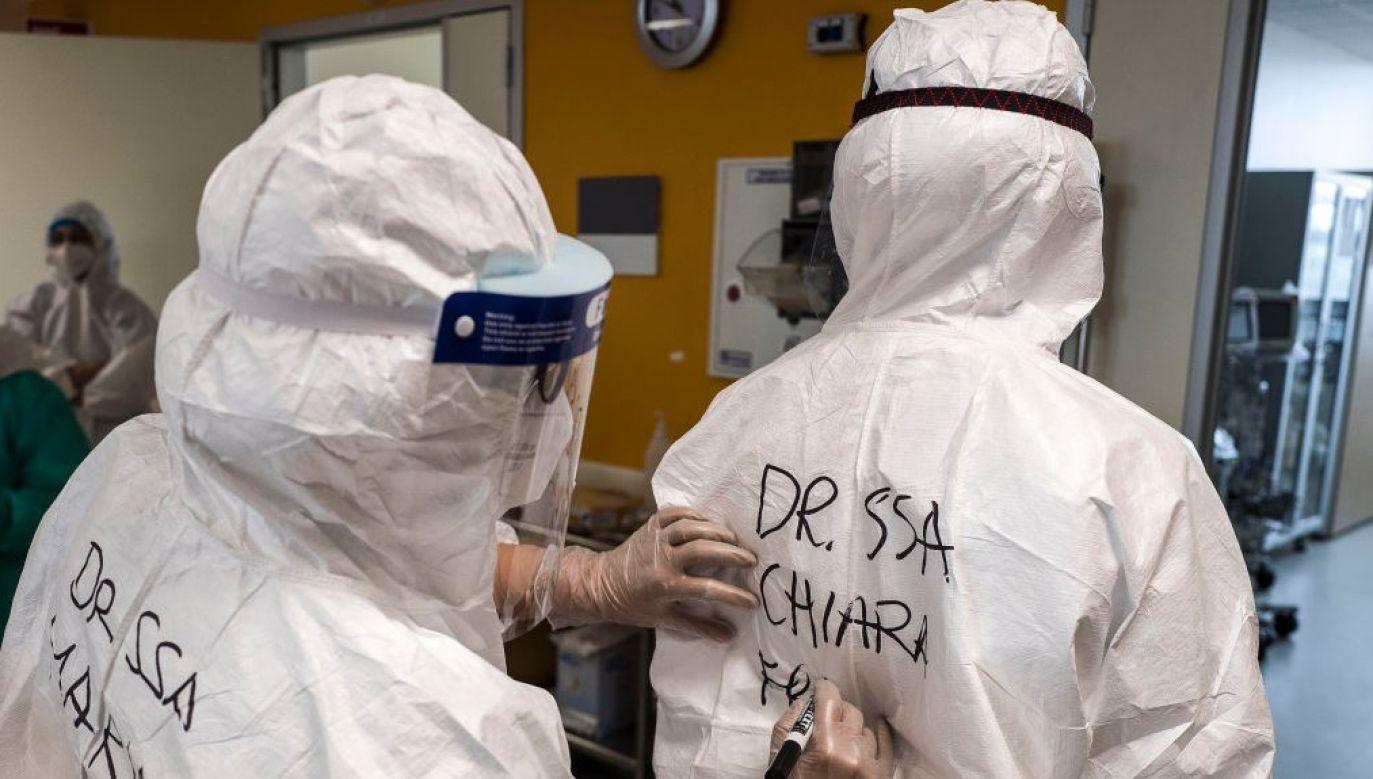 Tata 4-miesięcznej Chiary pracuje w szpitalu i na kombinezonie ochronnym napisał dla niej dedykację (fot. Fabrizio Villa/Getty Images)