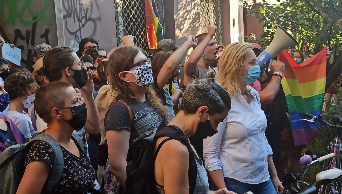 Pod siedzibą Kampanii Przeciw Homofobii zebrali się zwolennicy LGBT i posłowie Lewicy (fot. Twitter/Hanna Gill-Piątek)
