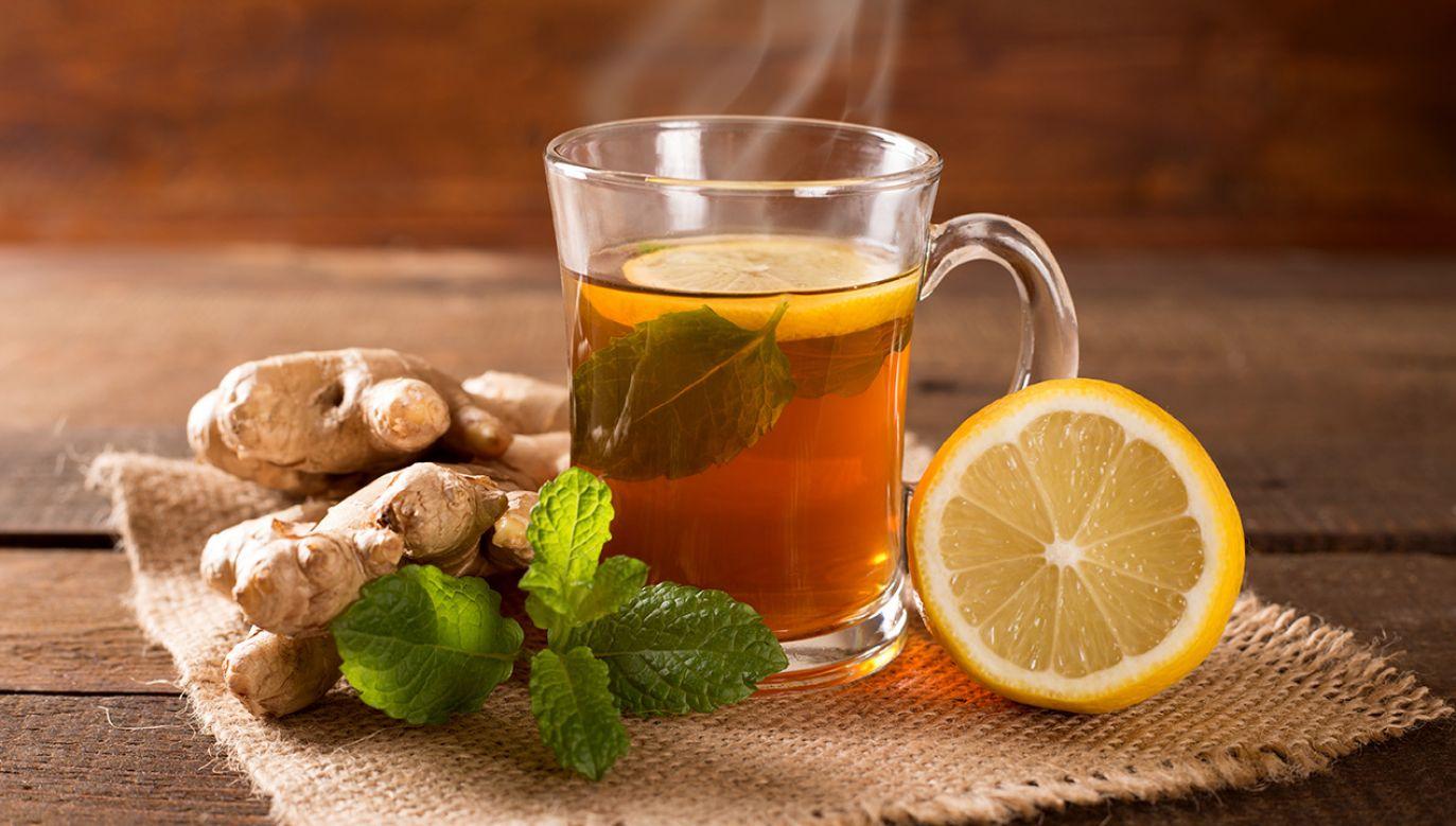 Na wzmocnienie organizmu może się sprawdzić herbatka z imbirem i cytryną na dobre rozpoczęcie dnia (fot. Shutterstock/peterzsuzsa)