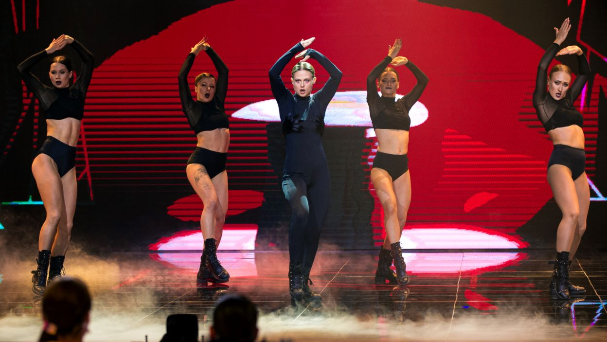 Następnie na scenie wystąpiła Anna Karczmarczyk. Aktorka zmierzyła się z choreografią do utworu Lady Gagi. Trzeba przyznać, że to nie lada wyzwanie! (fot. TVP/ N. Młudzik)
