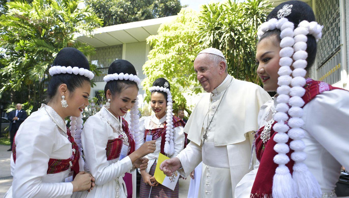 Papież Franciszek ze stolicy Tajlandii uda się do Tokio, gdzie rozpocznie się kolejny etap pielgrzymki (fot. Reuters/Vatican Media)
