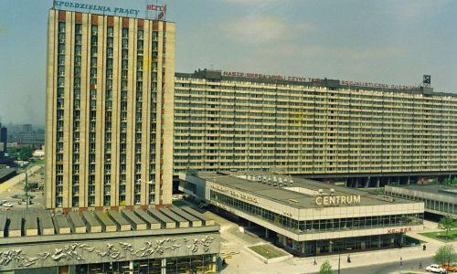 Superjednostka w Katowicach (z prawej z tyłu) powstała według projektu Mieczysława Króla. Fot. PAP/Zbigniew Wdowiński