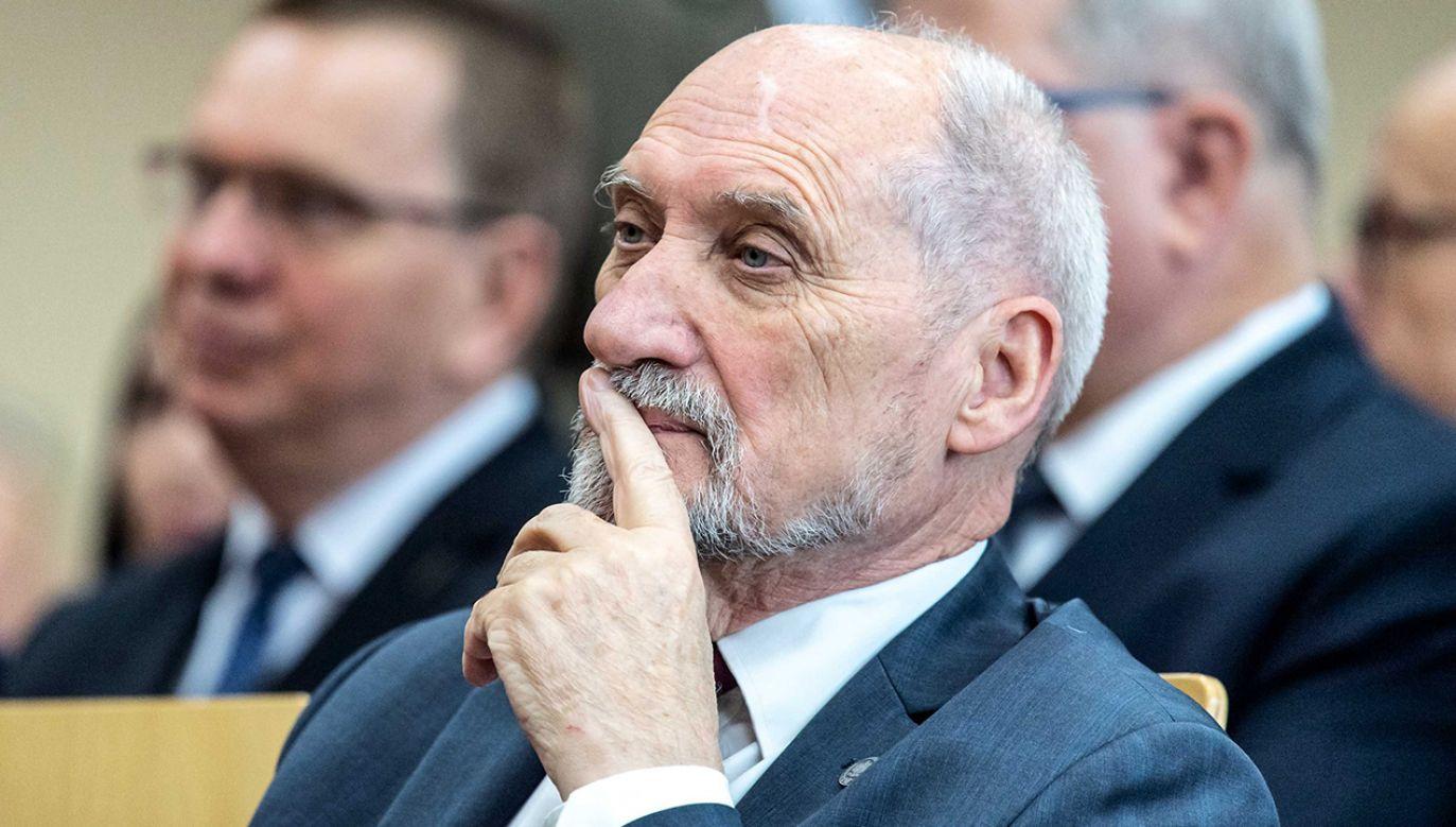 """Antoni Macierewicz udzielił wywiadu miesięcznikowi """"Nowe Państwo"""" (fot. arch. PAP/Tytus Żmijewski)"""