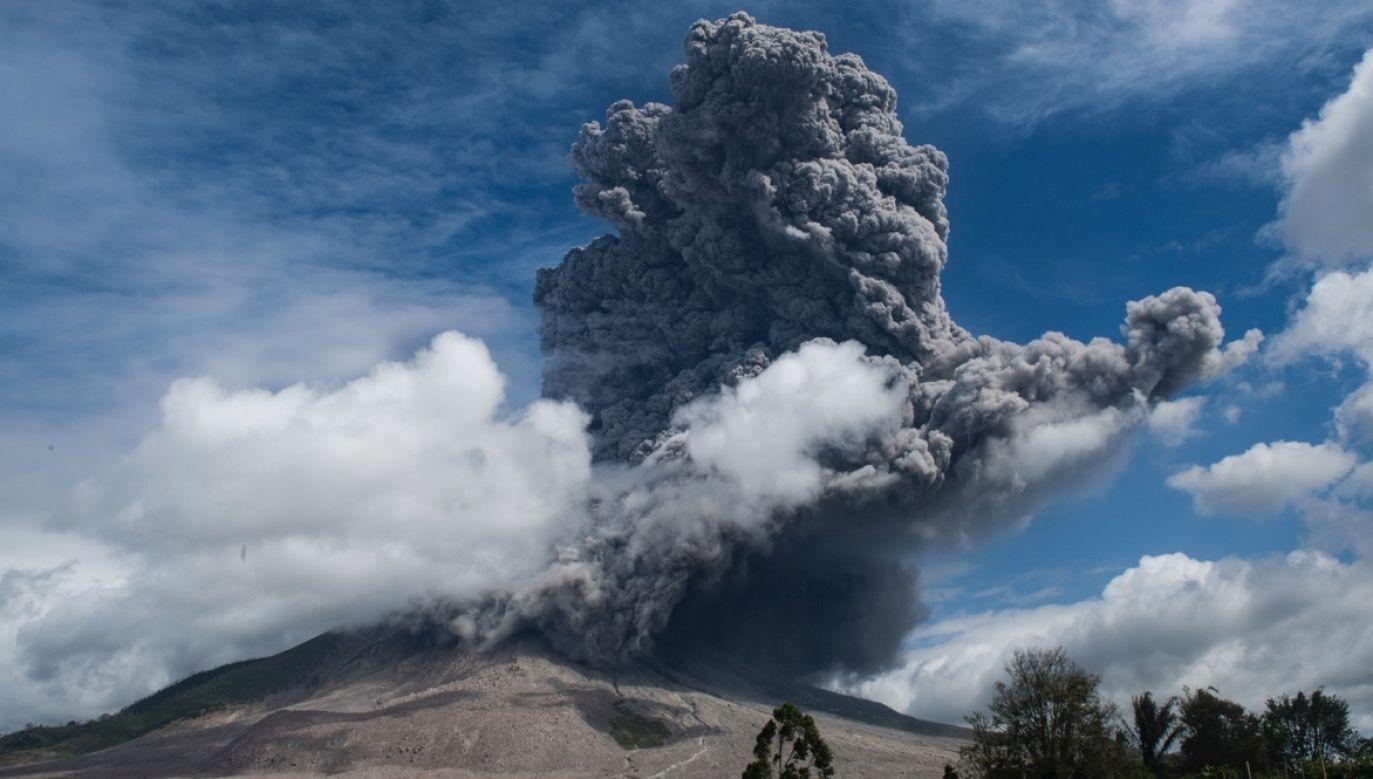 Ciemny dym unosi się nad wulkanem Sinabung po jego erupcji (fot. PAP/EPA/SUTANTA ADITYA)