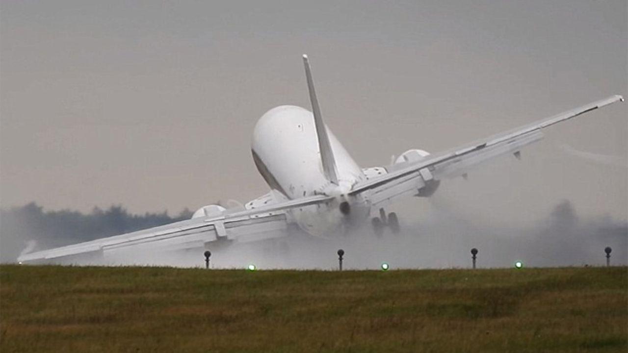 Boeing 737 niemal rozbił się po silnym podmuchu wiatru (fot. YT/Radko Našinec)