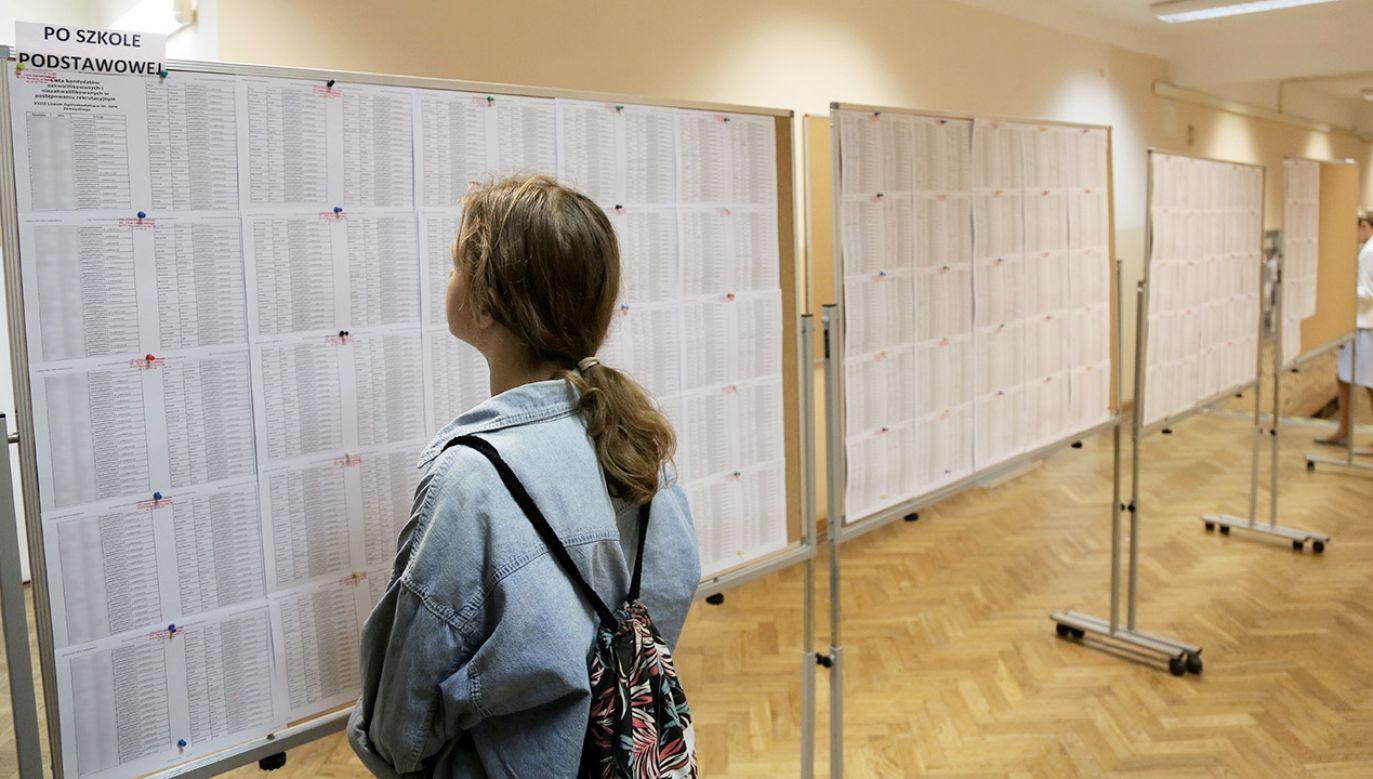 Listy przyjętych do XVIII Liceum im. Jana Zamoyskiego w Warszawie (fot. PAP/Wojciech Olkuśnik)