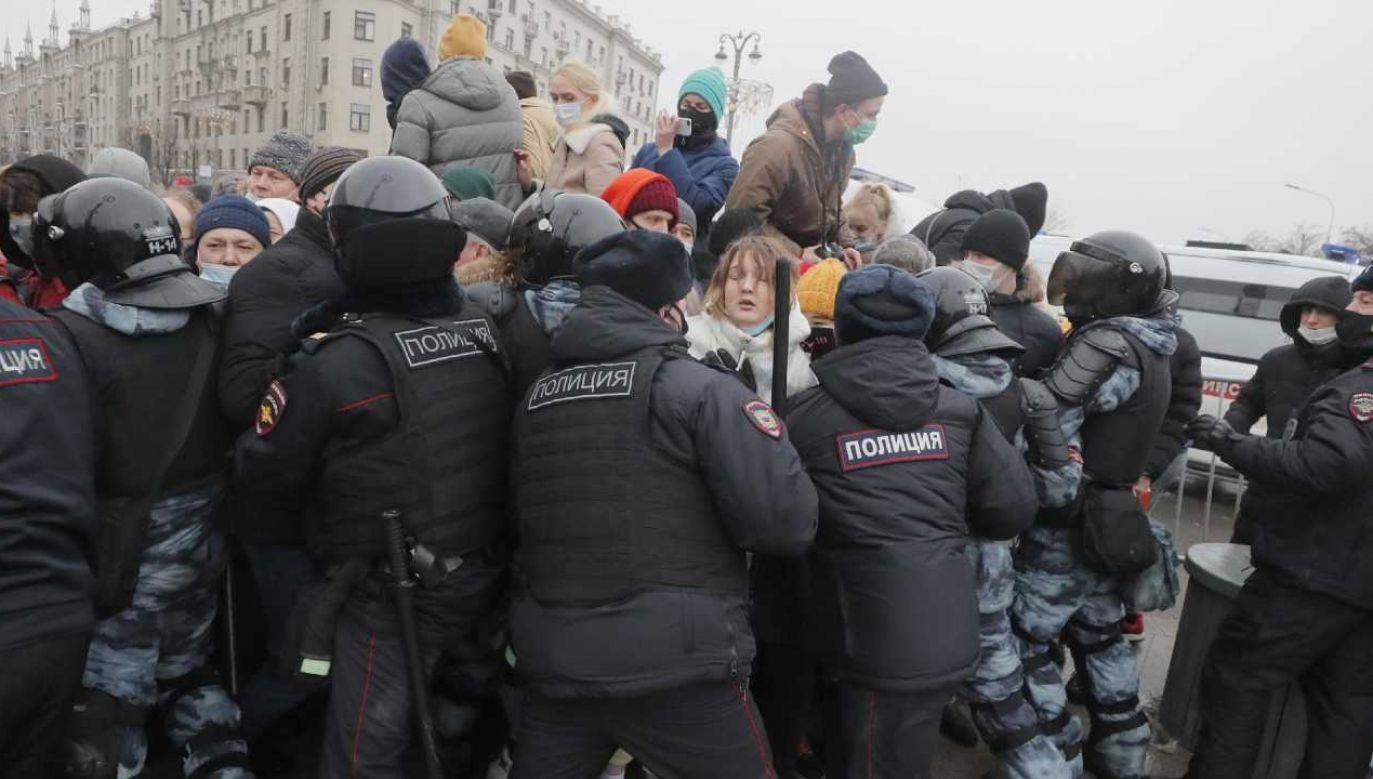 Rosyjskie służby brutalnie tłumiły protesty opozycji (fot. PAP/EPA/MAXIM SHIPENKOV)