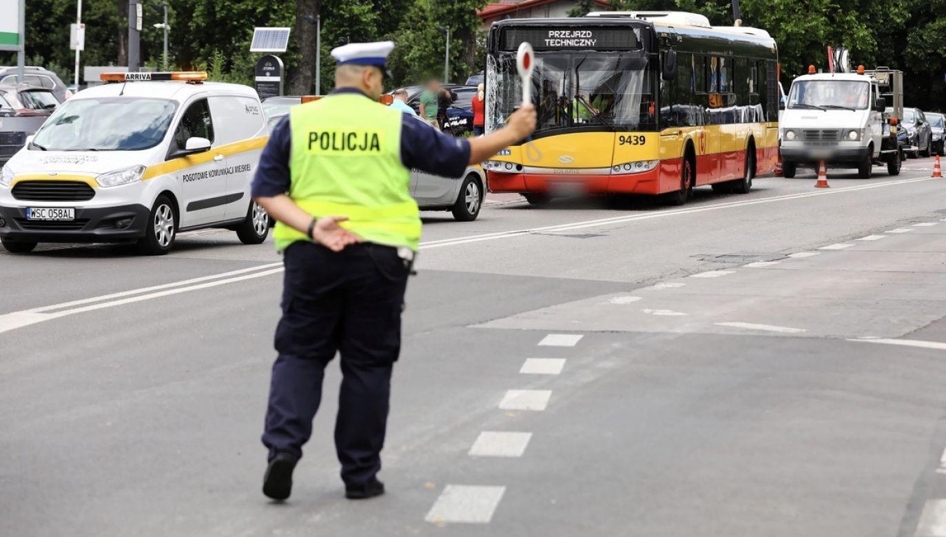 Miejsce wypadku na ulicy Klaudyny na warszawskich Bielanach, gdzie autobus miejski zderzył się z czterema samochodami osobowymi (fot. PAP/Rafał Guz)