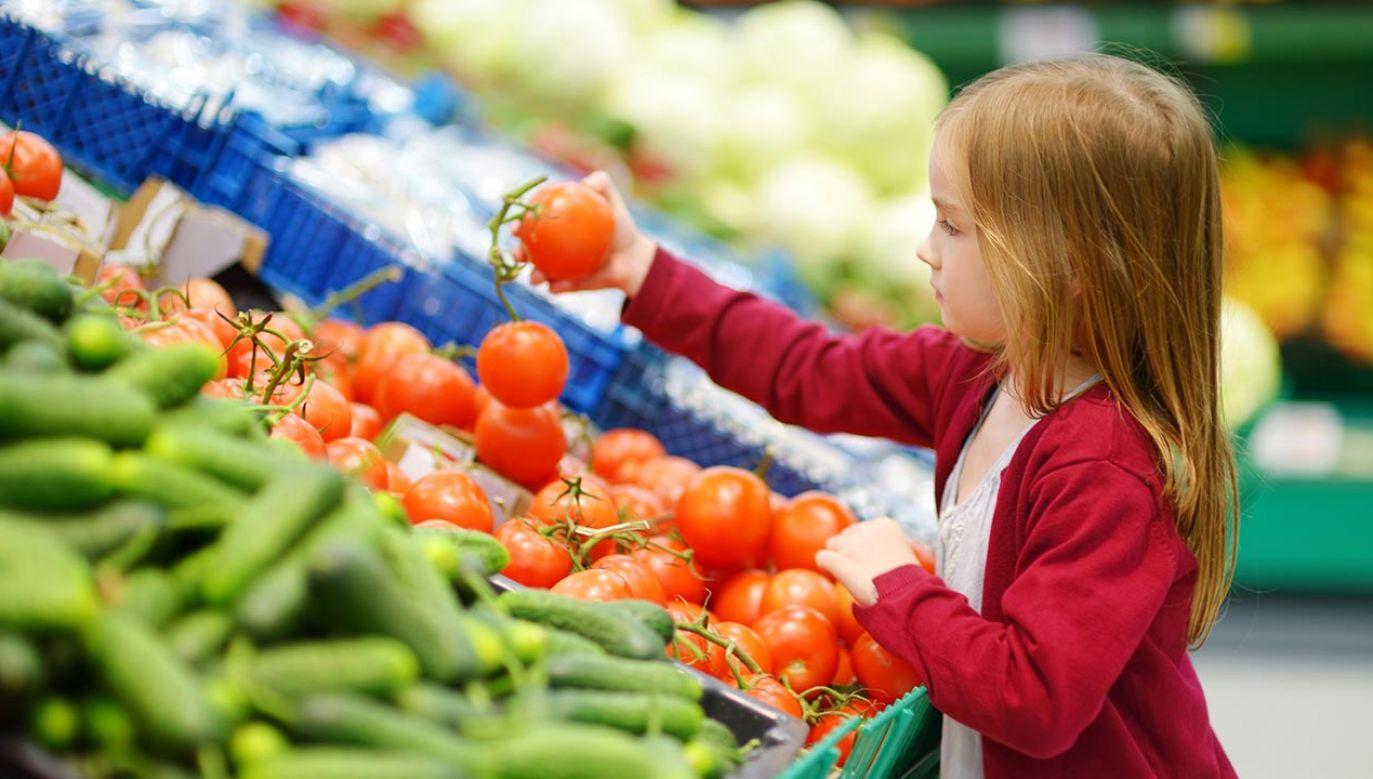 Kupowanie na bazarze zyskuje na popularności nie tylko wśród starszych osób, kojarzonych zazwyczaj z tego typu zakupami, ale również wśród młodszych klientów (fot. Shutterstock/MNStudio)
