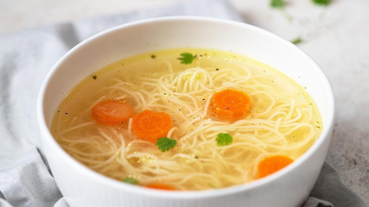 Rosół zwykle jest podawany przy przeziębieniu (fot. Shutterstock/ Viktoria Hodos)