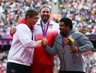 Tomasz Majewski (w środku), David Storl i Reese Hoffa na podium w Londynie (fot.PAP/EPA)