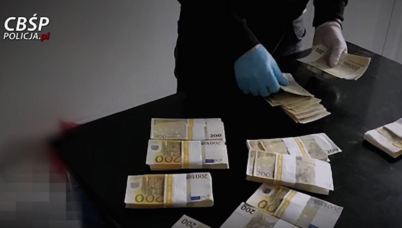 Znaczne sumy znalezione przy bossach przekonały gangsterów, że zarabiali najmniej, a grożą im dłuższe odsiadki (fot. CBŚP)