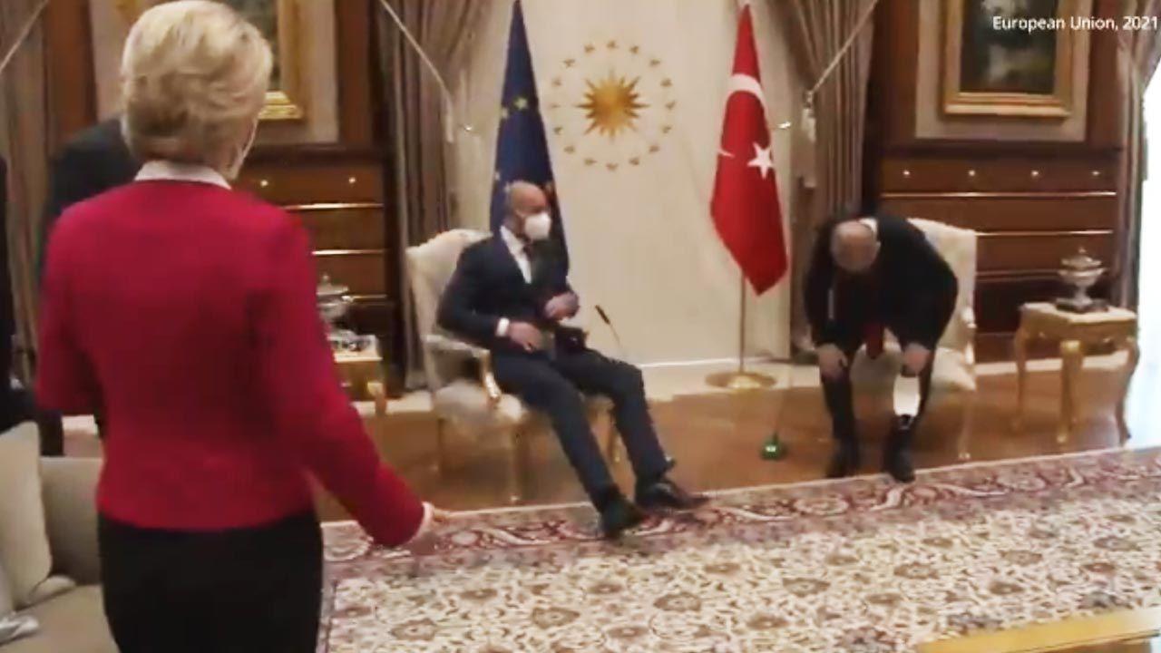 Zaskoczona Ursula von der Leyen na spotkaniu z prezydentem Turcji (fot. Twitter/Paolo Grimoldi)