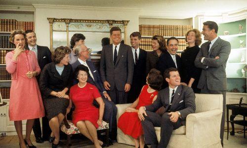 Rodzina Kennedych w ich domu w Hyannis Port w Massachusetts po wygranych przez Johna Fitzgeralda wyborach prezydenckich w 1960 r. Siedzą od lewej Eunice Shriver i Kennedy: Rose (1890 - 1995), Joseph (1888 – 1969), Jacqueline (1929 – 1994), Ted. Stoją od lewej: Ethel Kennedy, Stephen (1927 - 1990) i Jean Smith, JFK (1917 - 1963) i brat Robert (1925 - 1968), Pat Lawford (1924 - 2006), Sargent Shriver, Joan Kennedy i Peter Lawford (1923 - 1984). Fot. Paul Schutzer/The LIFE Picture Collection via Getty Images