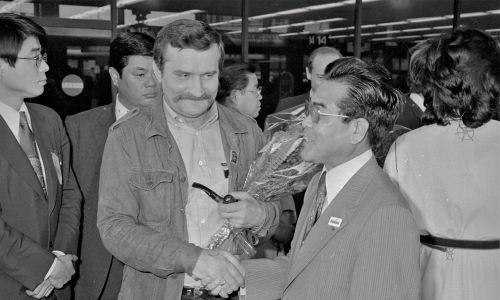 Powitanie Lecha Wałęsy przez Motofumiego Kakiedę, lidera japońskich związków zawodowych, na lotnisku Narita w Tokio Fot. Gettyimages/ Bettmann