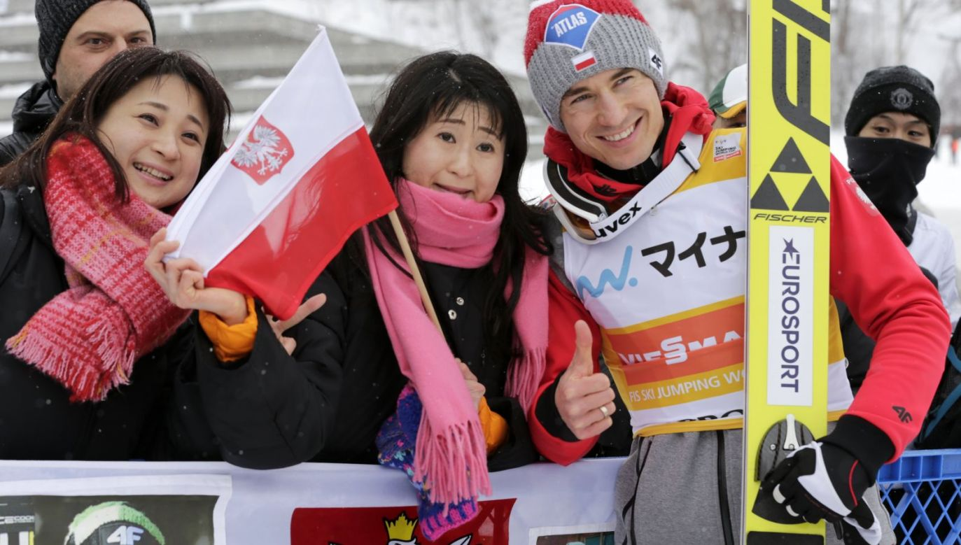 Kamil Stoch (P) i japońskie fanki (fot. PAP/EPA)