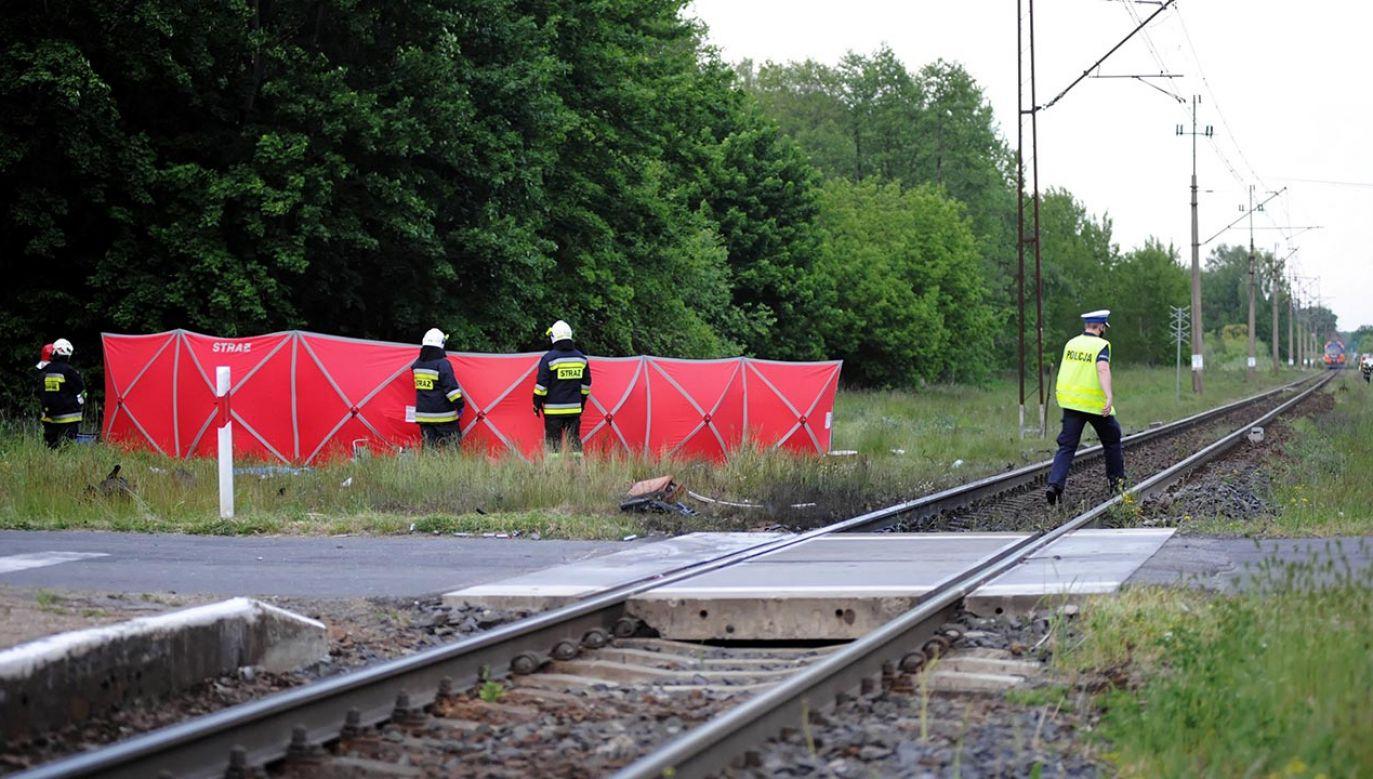 Kierujący motocyklem wjechał na niestrzeżony przejazd kolejowy i uderzył w przejeżdżający pociąg (fot. PAP/Marcin Bielecki)