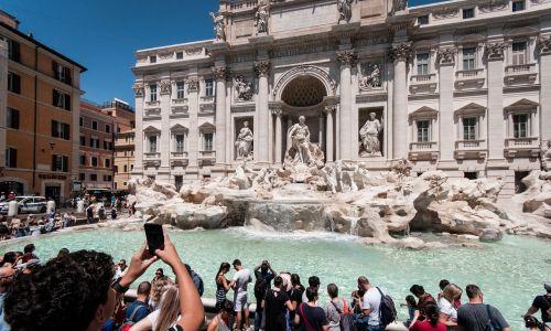 Kąpieli w fontannie di Trevi też lepiej nie ryzykować. Fot. Andrea Ronchini/NurPhoto via Getty Images