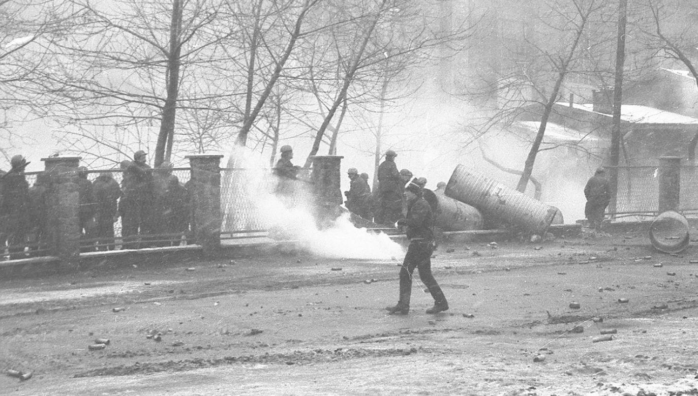 Przed godz. 11 czołgi sforsowały kopalniany mur, a uzbrojone oddziały ZOMO wkroczyły na teren zakładu (fot. arch. PAP/Marek Janicki)