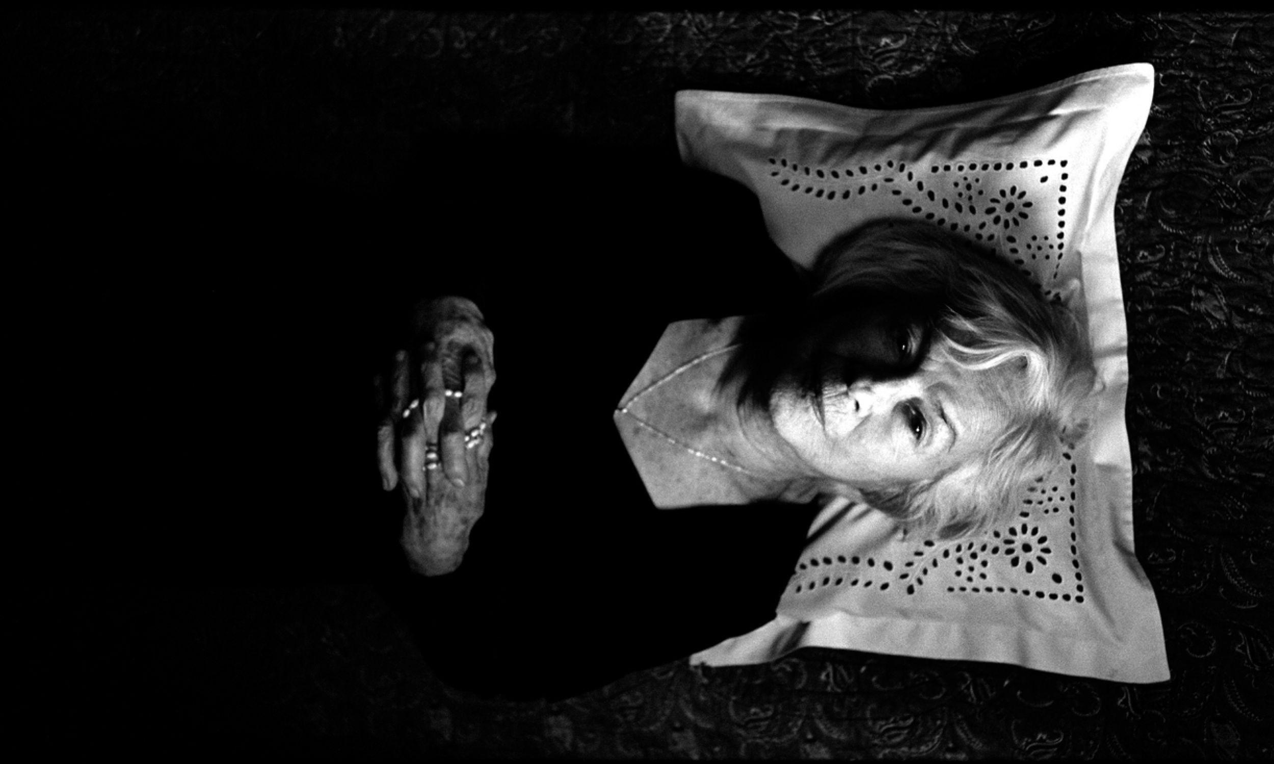 """Danusia mi opowiadała, że bardzo ją bawiła scena umierania w filmie """"Pora umierać"""" (Dorota Kędzierzawska, 2007), kiedy musiała się położyć na leżance z różańcem w ręku. Wtedy dochodziła do niej refleksja, że to nie jest pora, by umierać i zrywała się z łóżka. I tą scenę nakręcali kilka razy, bowiem nie mogła się w nią wczuć – wspomina jej sądecka przyjaciółka Barbara Paluchowa. Fot. TVP, Remigiusz Przełożny Film"""